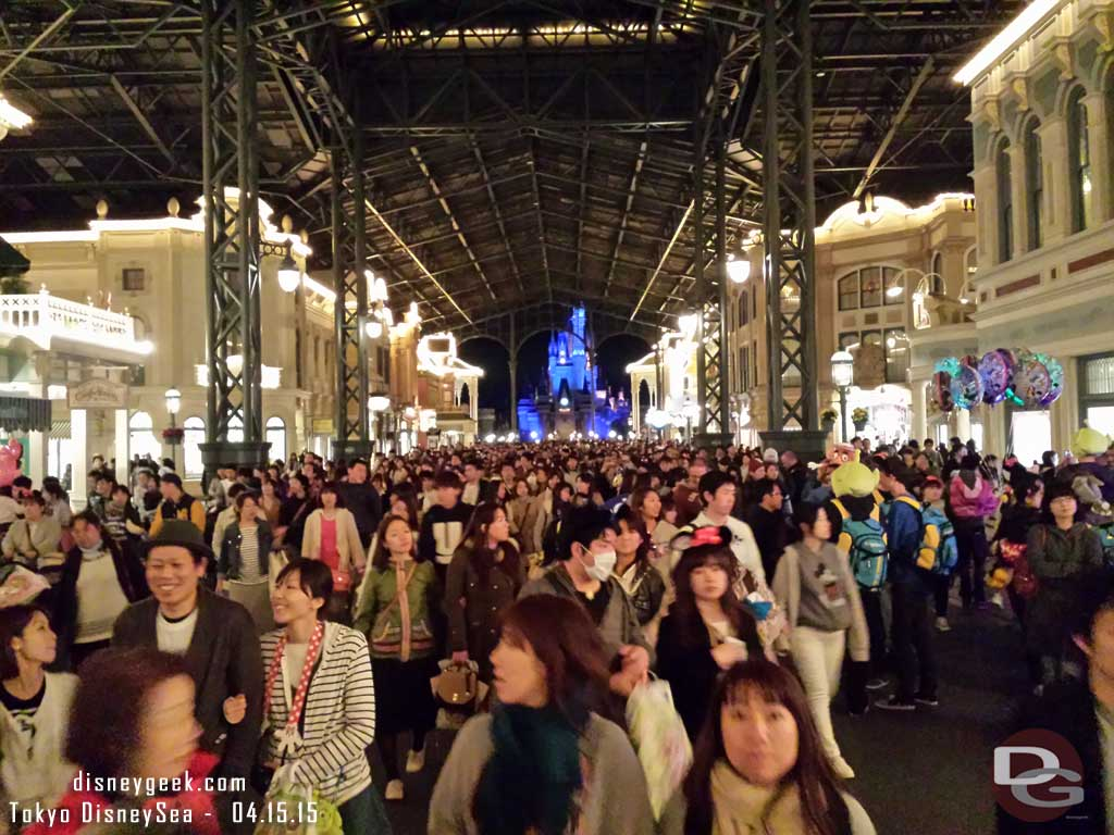 A look at the large crowd exiting World Bazaar #TokyoDisneyland
