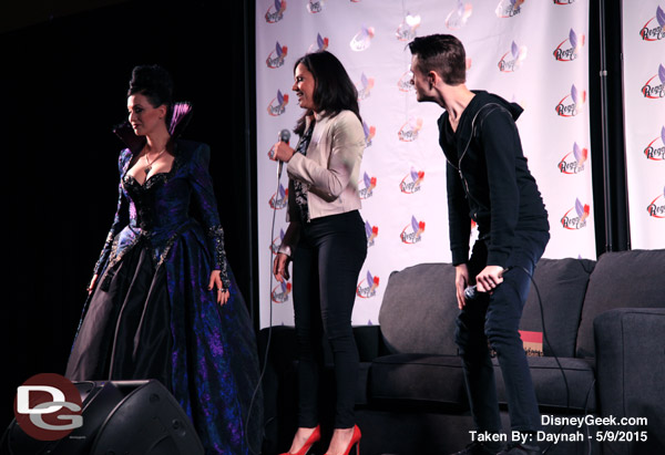 This cosplayer's Evil Queen dress is amazing. Her mother made it!
