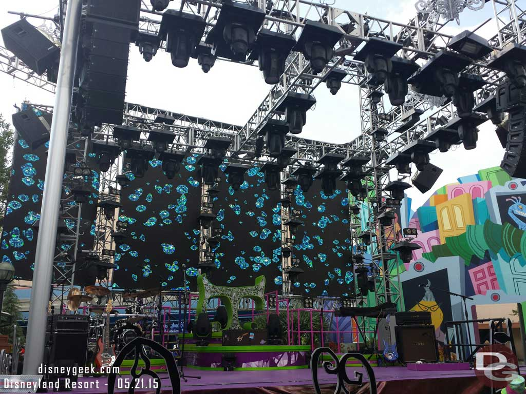 Looks like a soft opening this evening of the Diamond#MadTParty  #Disneyland60