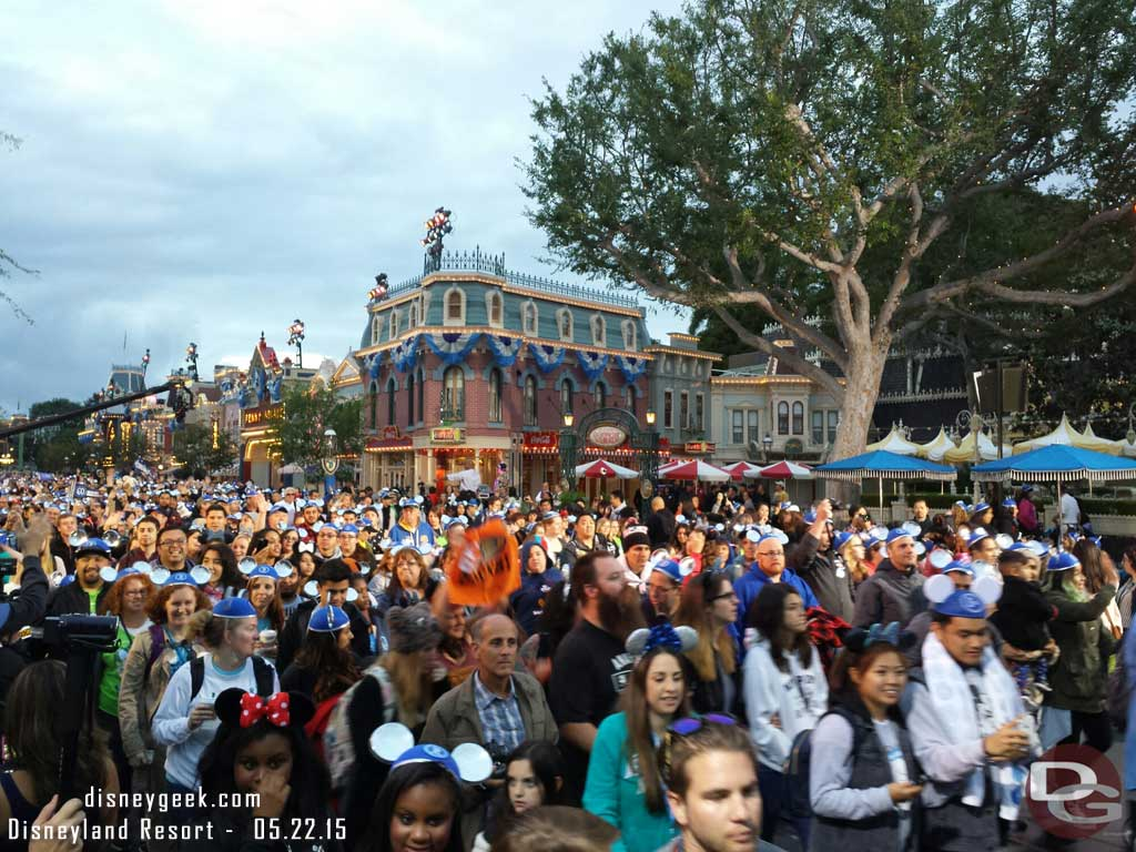 The first guests entering for #Disneyland60 24hrs