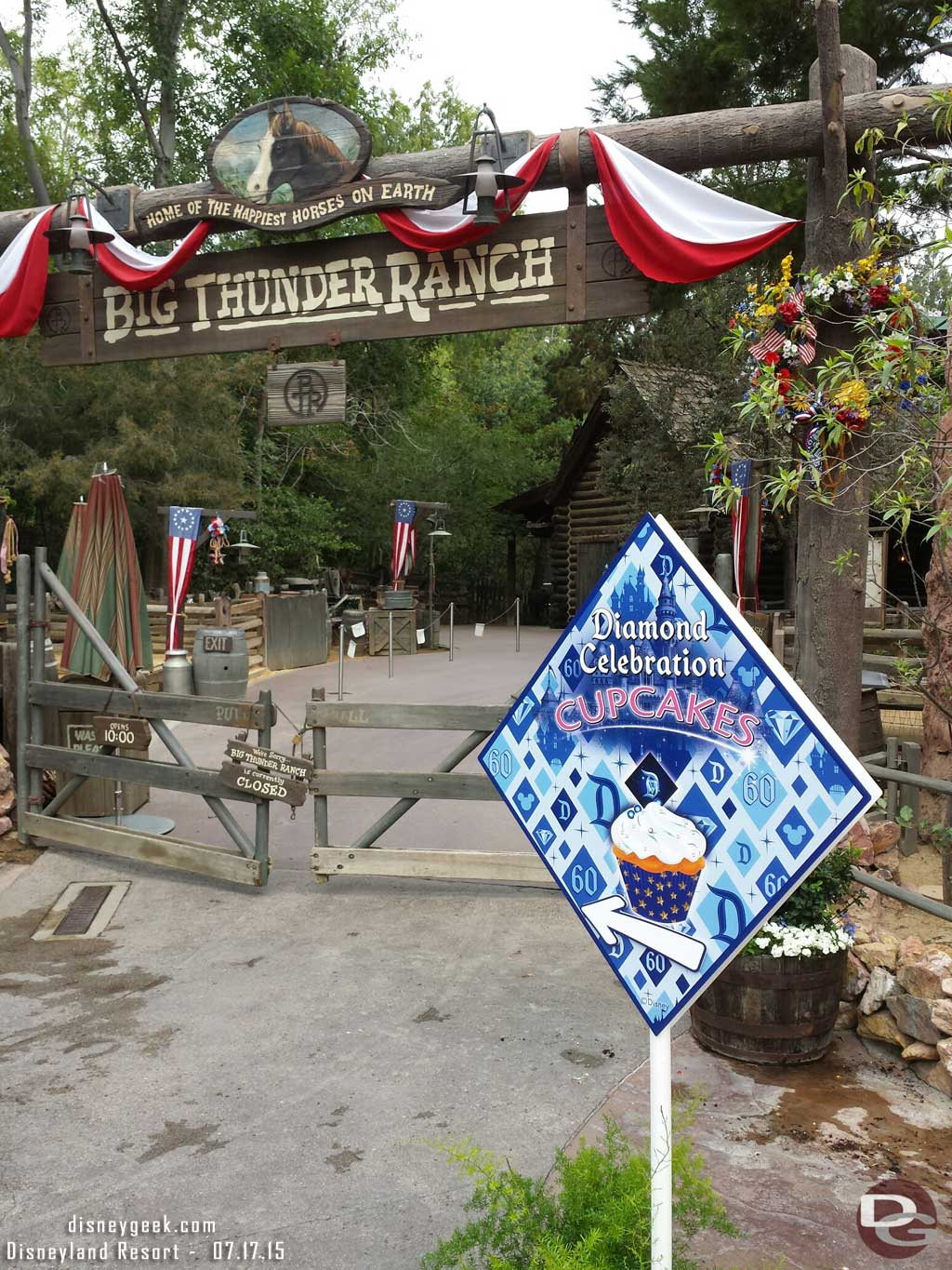 #Disneyland60 cupcake distribution in the Big Thunder Ranch starts at 8am