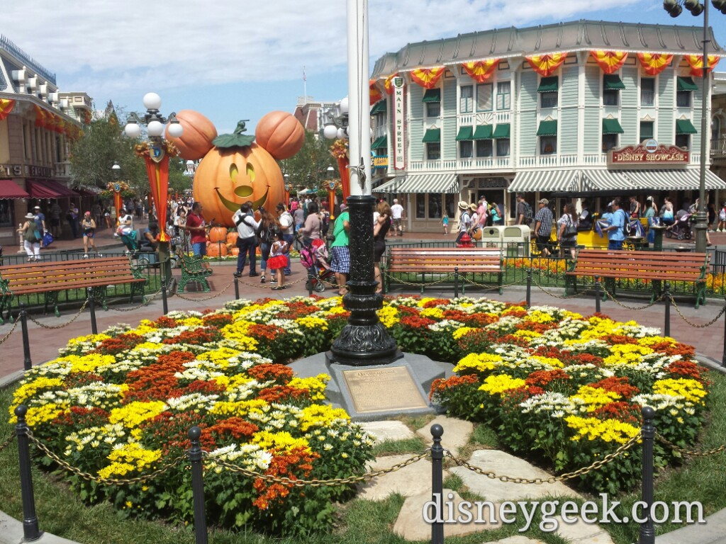 #Halloween decorations around Town Square #Disneyland