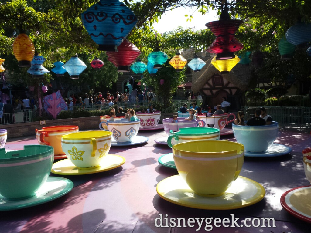 heat + off season = empty tea cups this afternoon #Disneyland