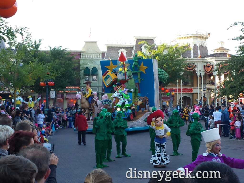 Of course I was not paying attention and arrived as the parade did #DisneylandParis