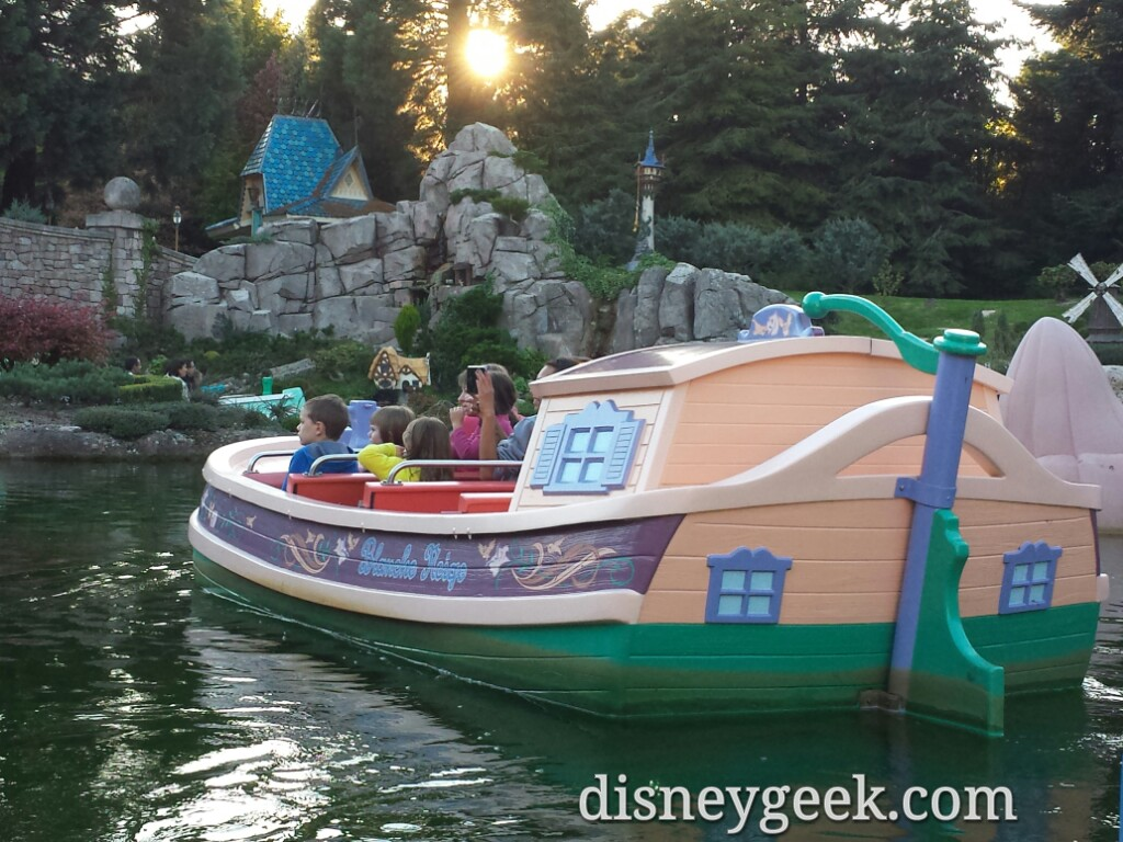 No narration on the boats here and three rows of seats #DisneylandParis