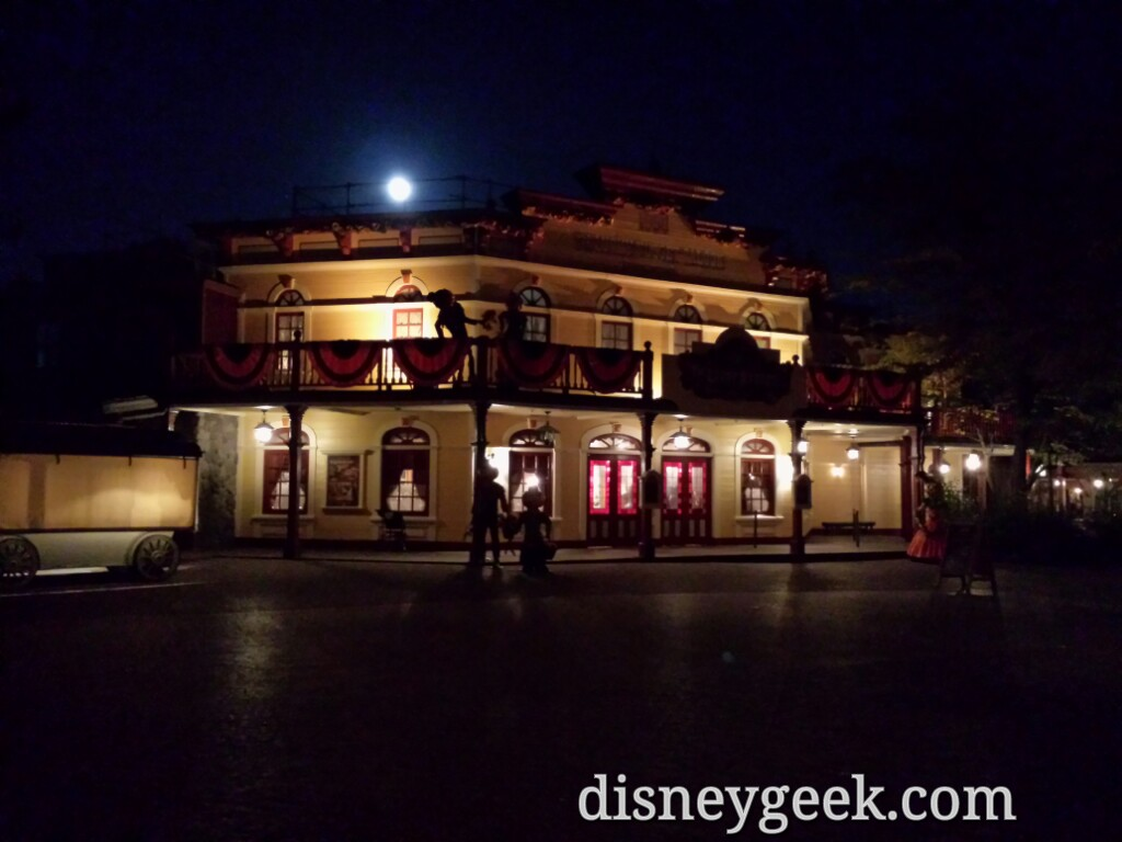 The moon rising over the Lucky Nugget #DisneylandParis