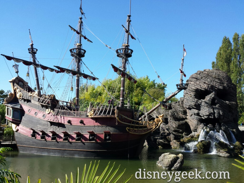Skull Rock and Pirate Ship #DisneylandParis