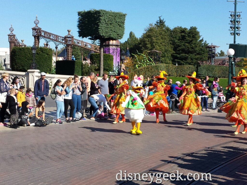 Daisy leads Mickey's Halloween Celebration #DisneylandParis