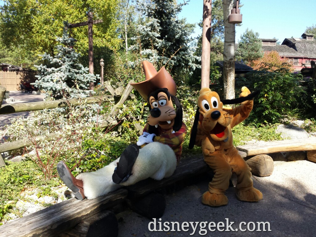 Goofy & Pluto hanging out in the Cottonwood Ranch area of Frontierland #DisneylandParis
