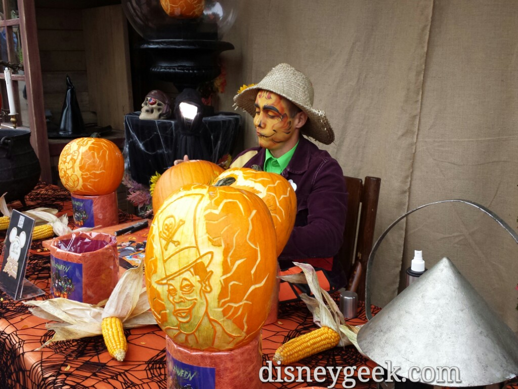 Pumpkin carving in Frontierland today #DisneylandParis