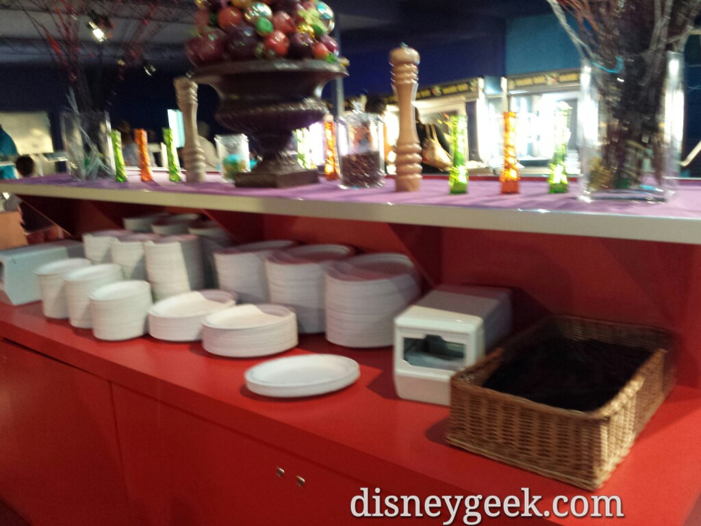 You eat on paper plates at Pizza Planet #DisneylandParis