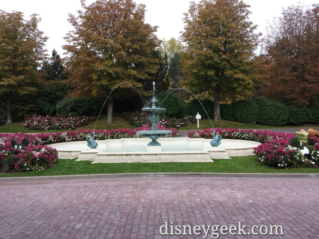 #DisneylandHotel fountain out front #DisneylandParis
