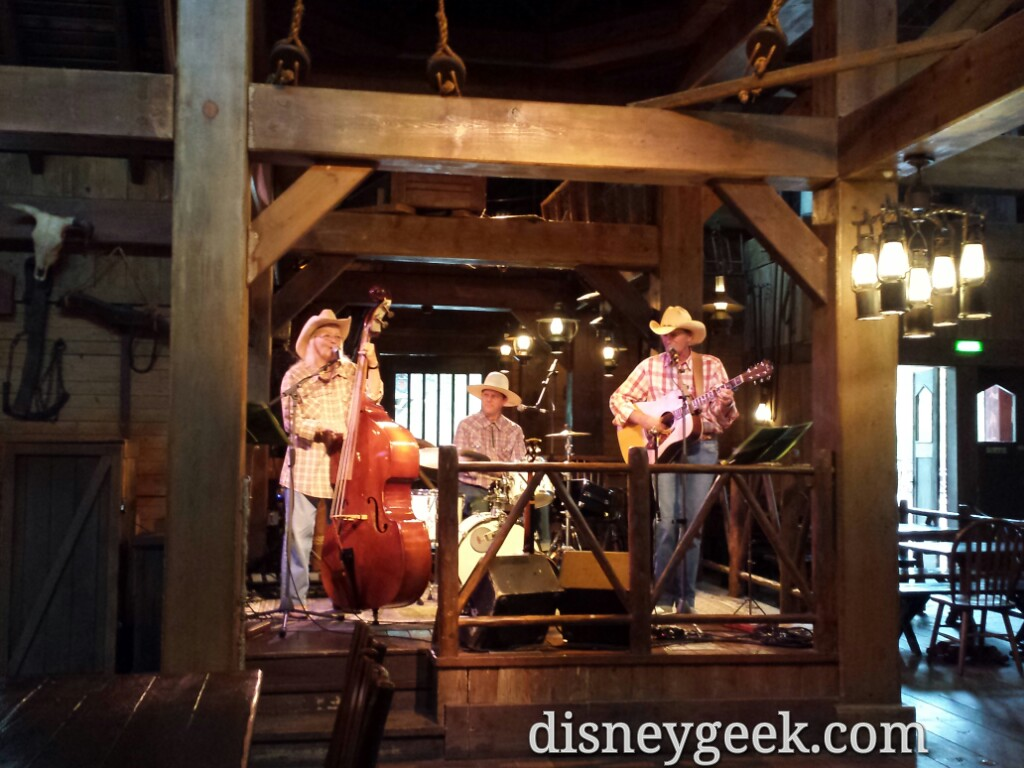 Live entertainment while we ate at the Cowboy Cookout #DisneylandParis