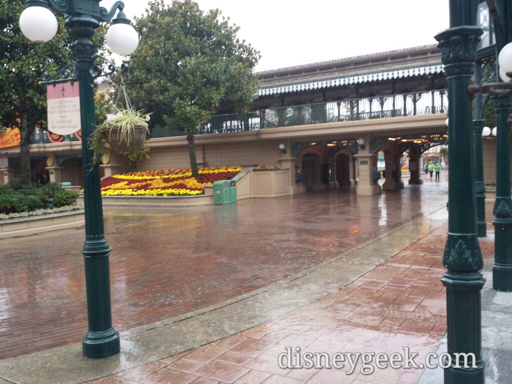 Arriving at a rainy #Disneyland park #DisneylandParis
