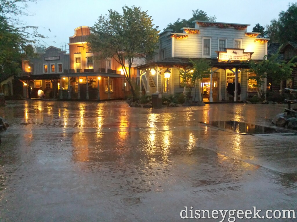 Frontierland was part ghost town this evening #DisneylandParis