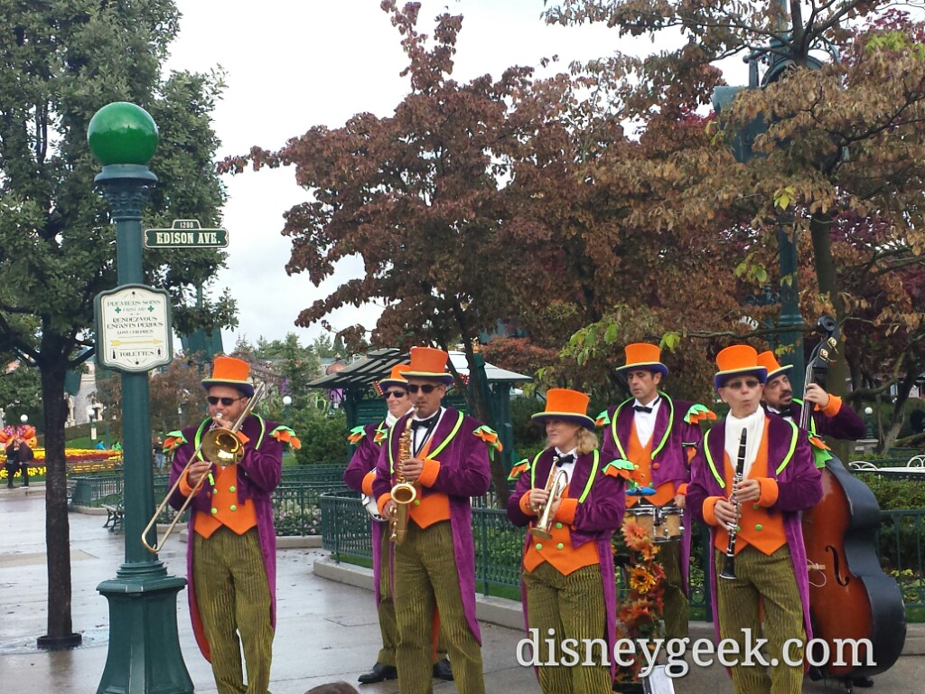 A band at Edison Ave #DisneylandParis