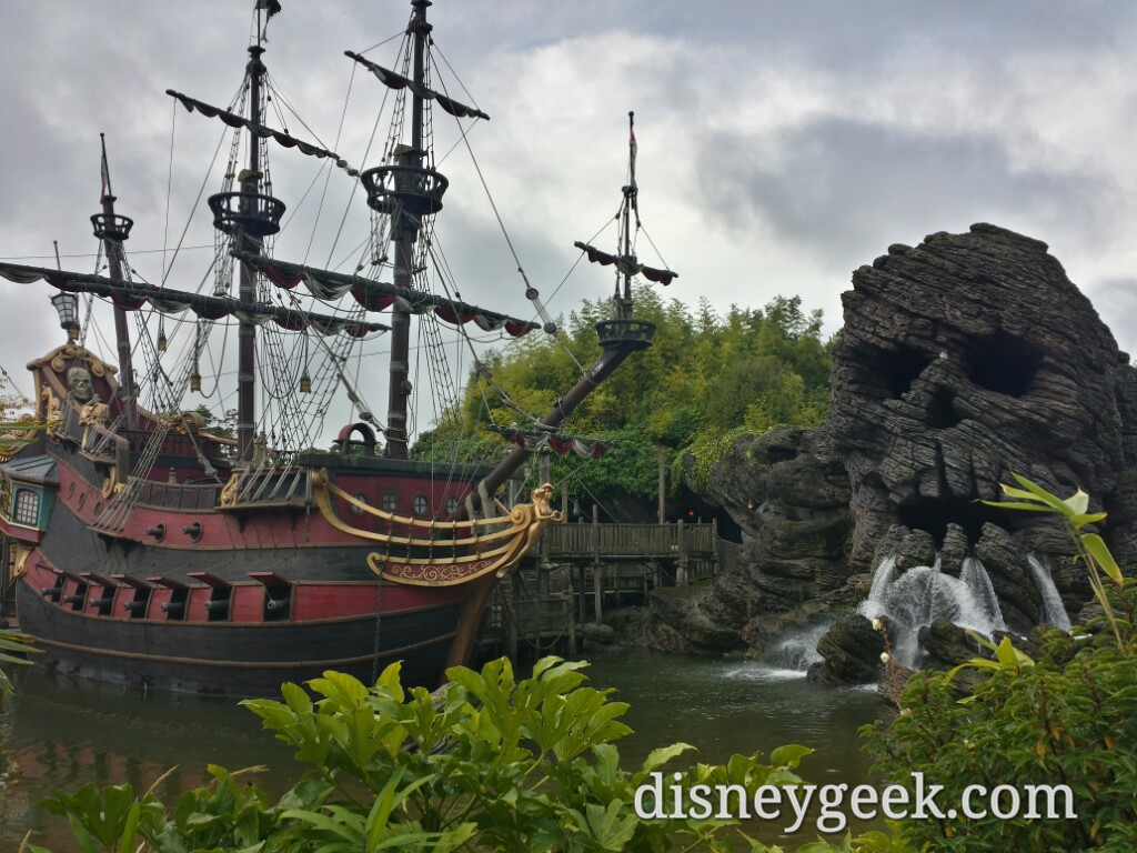 Skull Rock & Pirate Ship #DisneylandParis