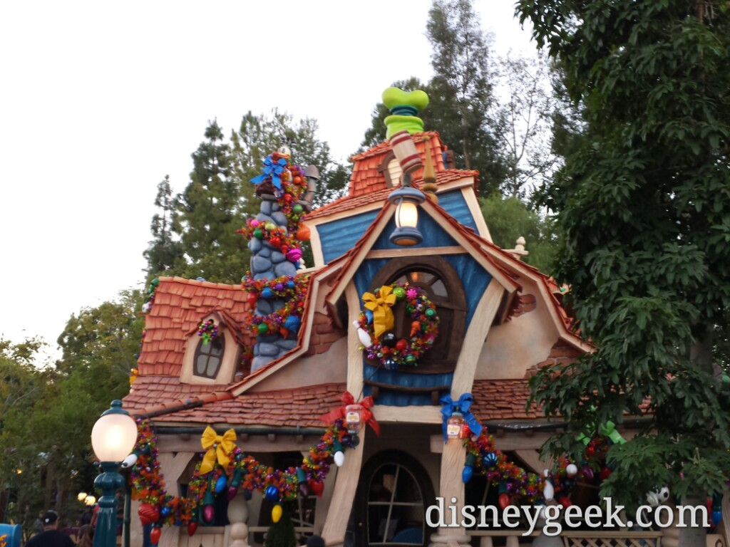 Goofy is ready for #Christmas with his house decorated