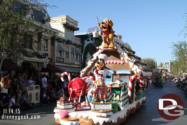 Goofy and Pluto on the gingerbread bakery float