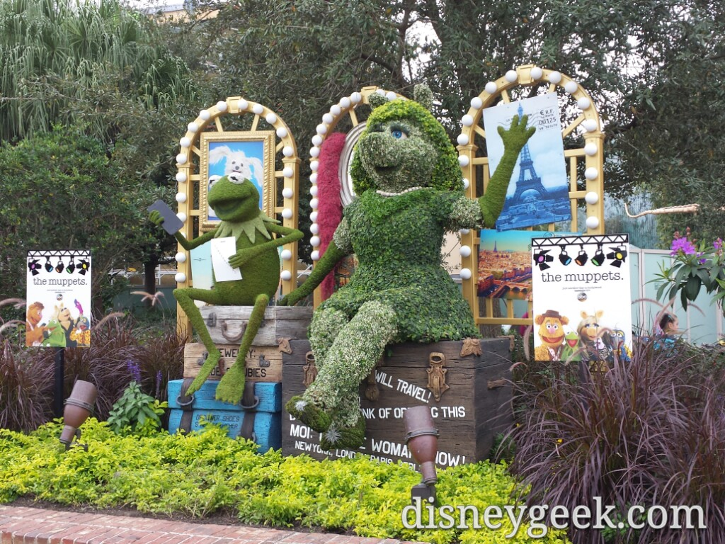 Kermit & Miss Piggy topiaries in Disney Springs
