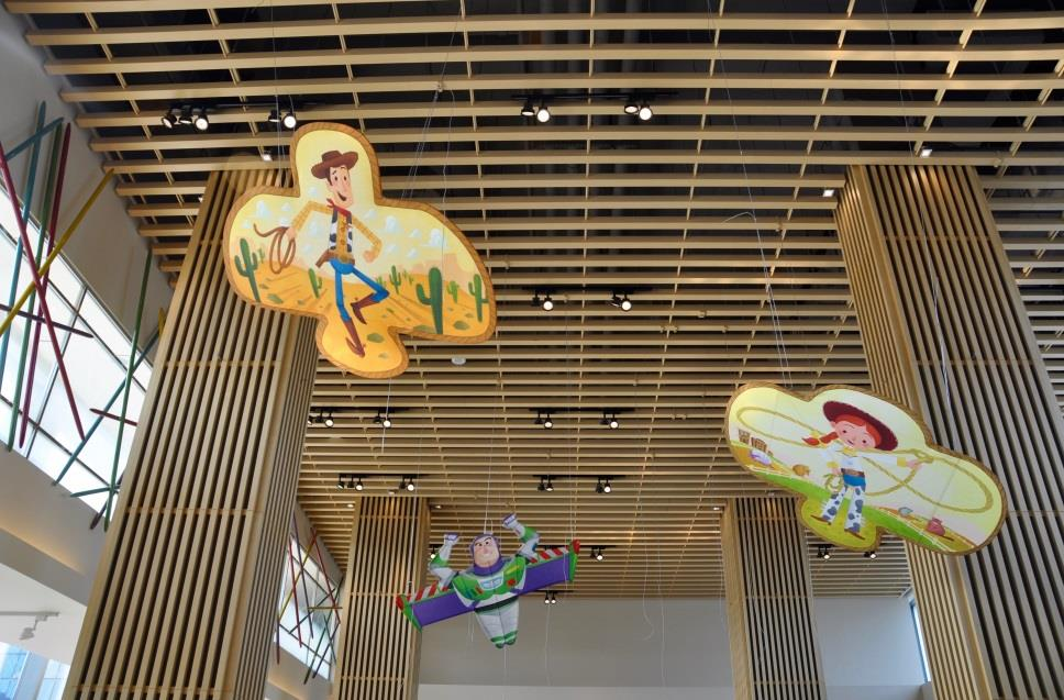 Floating above the guests in Sunnyside Café in Toy Story Hotel will be Chinese-style kites featuring Toy Story characters, inspired by traditional kite craftsmanship from Weifang in China's Shandong Province.
