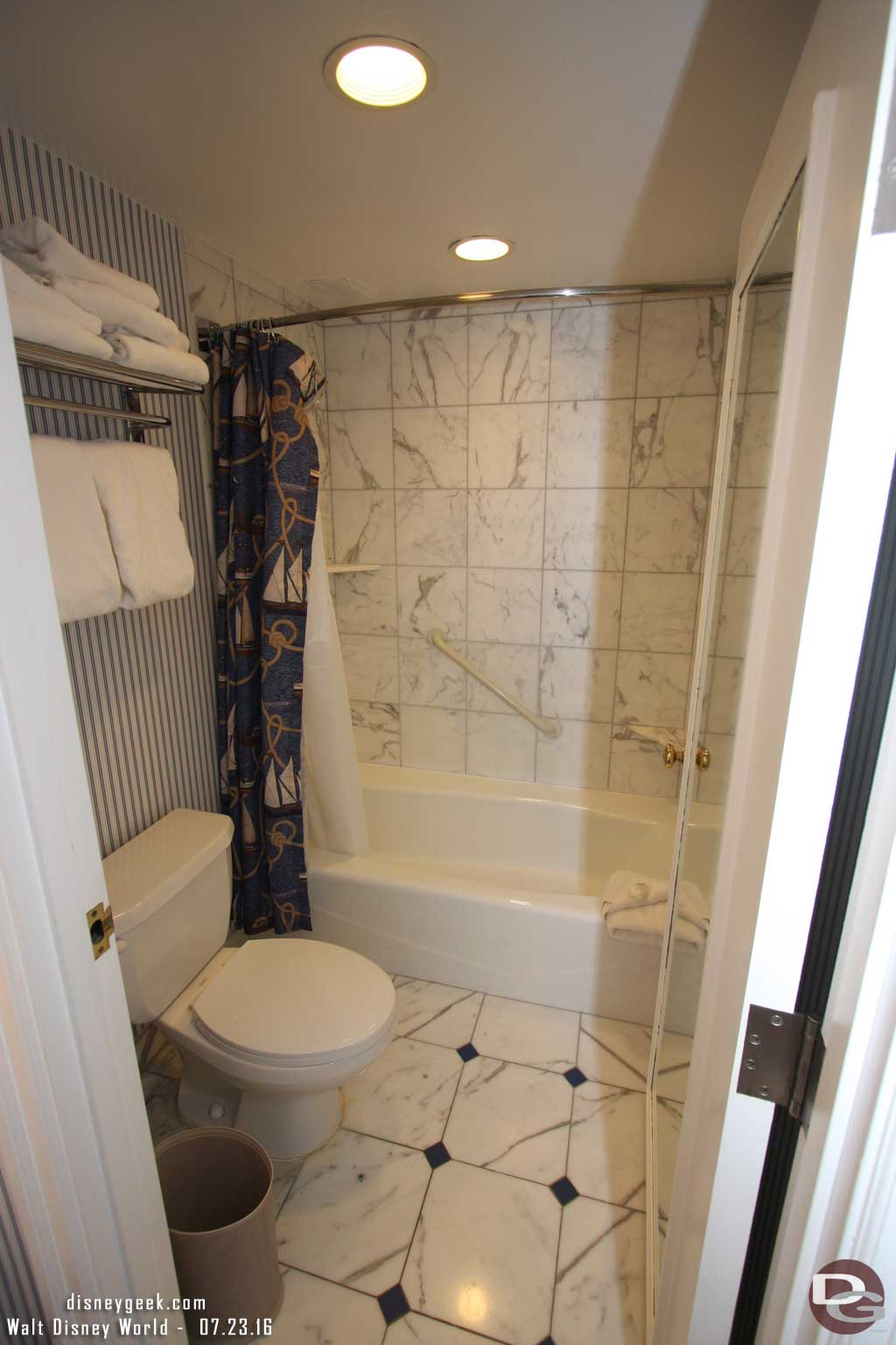 Disney's Yacht Club Resort - Bathroom - Shower/toilet