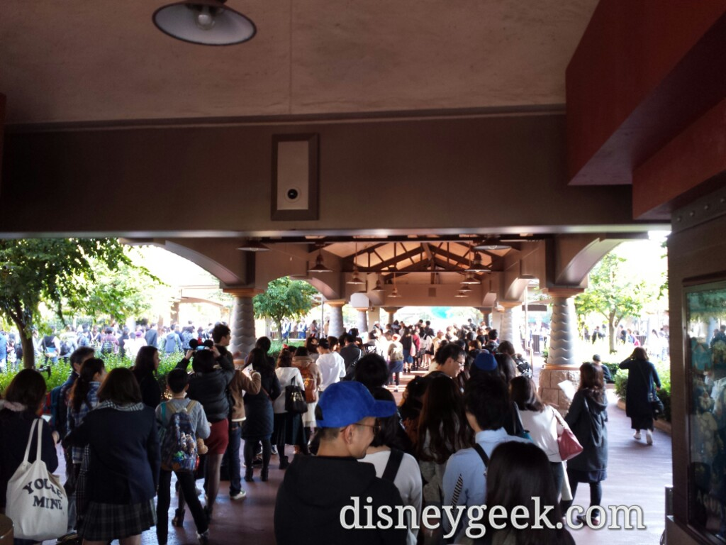 Tokyo DisneySea Entrance line at about 10 to 3
