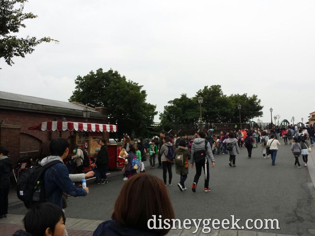 Tokyo DisneySea - A long popcorn line