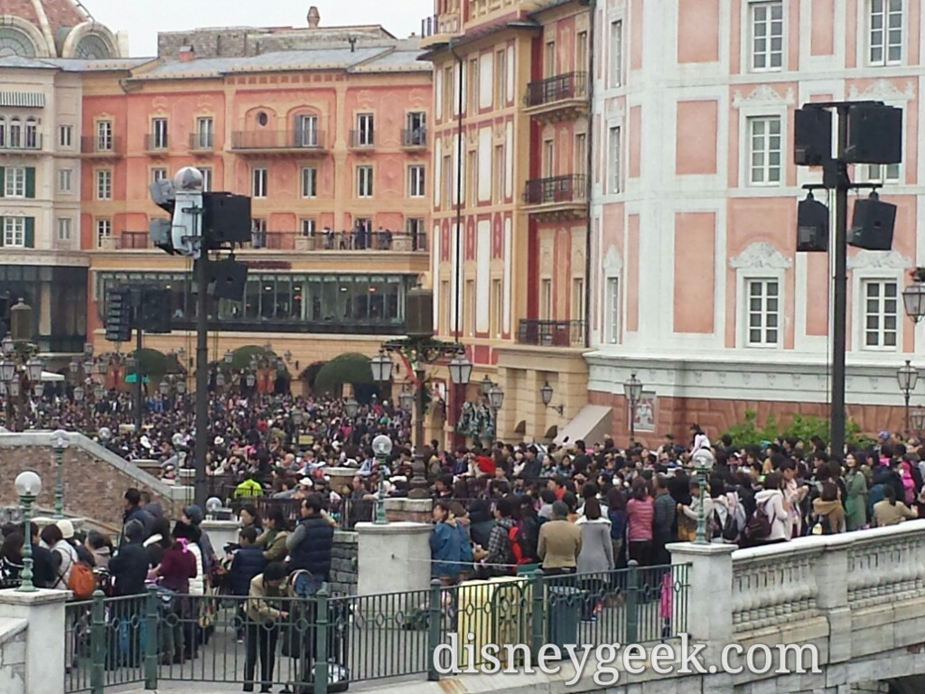 Tokyo DisneySea - The crowd waiting for A Perfect Christma