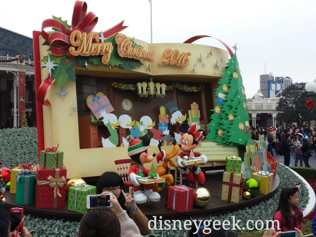 It took approx 15 minutes to get into the park. A look at the entrance Christmas display.