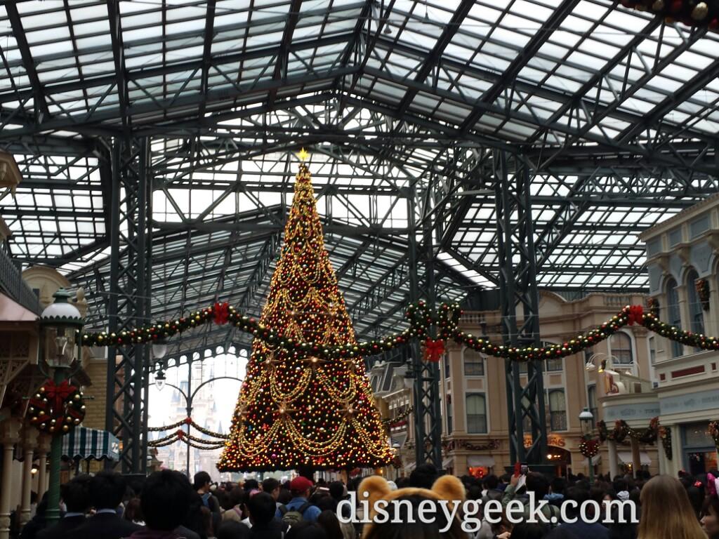 Tokyo Disneyland - World Bazaar Christmas Tree & Wreaths