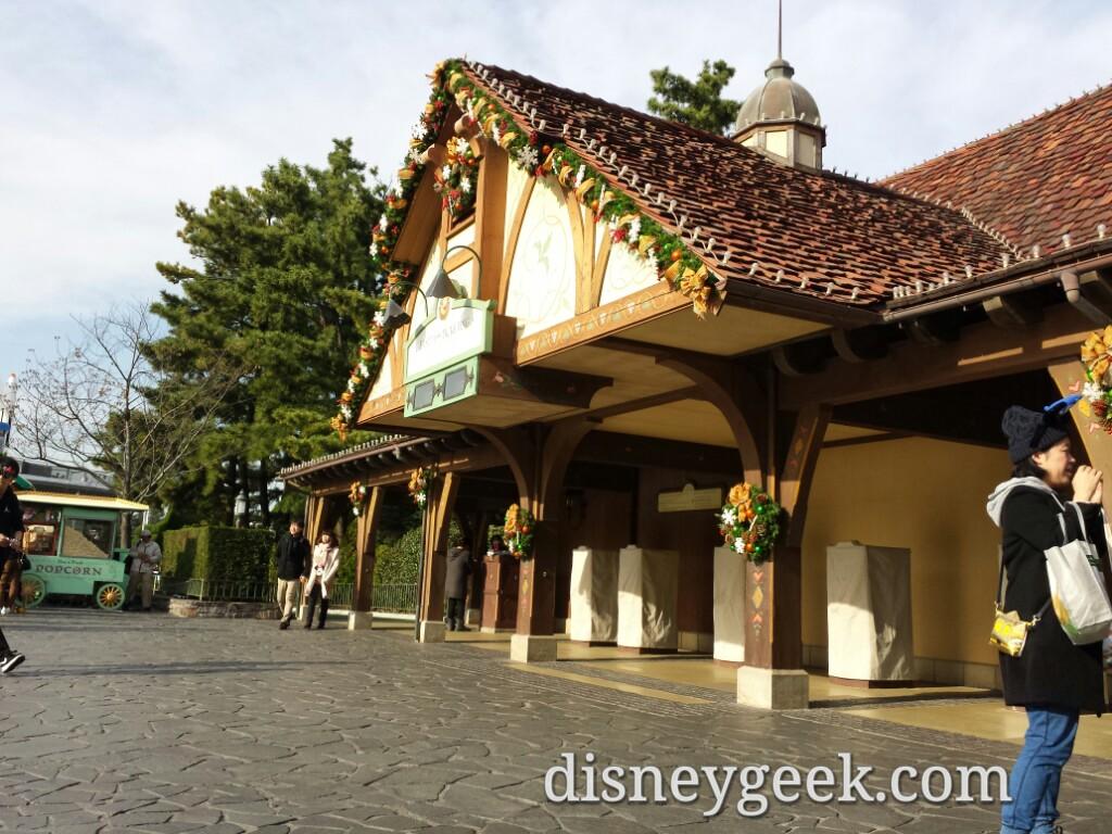 Tokyo Disneyland - Winnie the Pooh FastPass distribution
