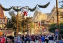 Route 66 in Cars Land decorated for the holidays – Seasons Speedings