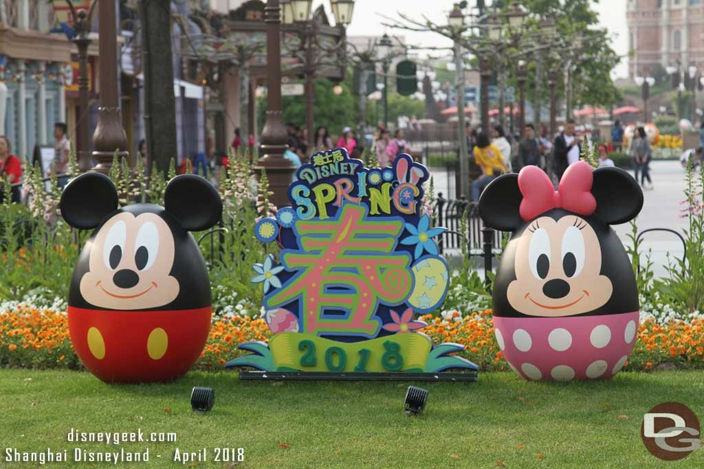Mickey Mouse and Minnie Mouse on Mickey Ave near the park entrance