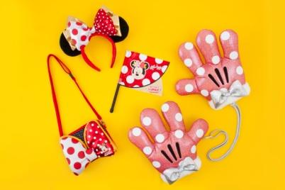 Flag 600 yen Character Gloves 2,300 yen Hairband 1,800 yen Smartphone Case 2,400 yen