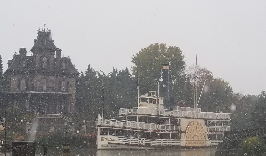 Disneyland Paris Pictures & Video: A Snowy Visit to Frontierland