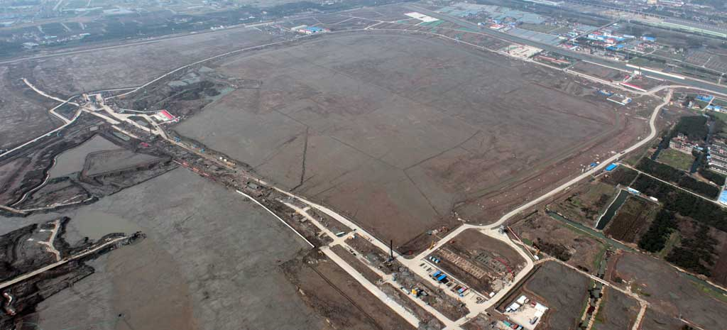 Extensive site formation work was completed on the Shanghai Disney Resort site and the project moved into the construction phase on April 26, 2012.