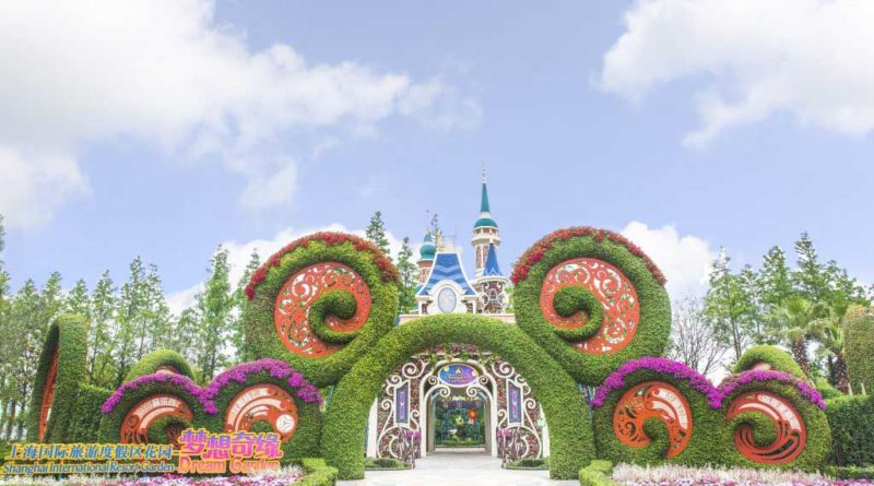 Centered around a stunning floral model of Shanghai Disneyland's Enchanted Storybook Castle and surrounded by key components of Shanghai International Resort, the entire Dream Garden is shaped like a flower.