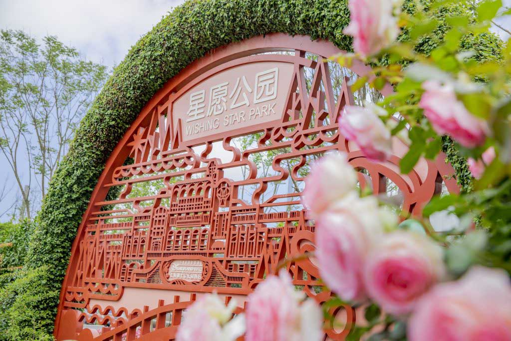 The entire garden is inspired by the traditional Chinese gardens found along the Yangtze River Delta. Chinese paper-cutting techniques are also represented in the design of the flower windows, and plants and flowers originating from China, including the Chinese rose, Camellias and Nandina, are highlighted throughout.