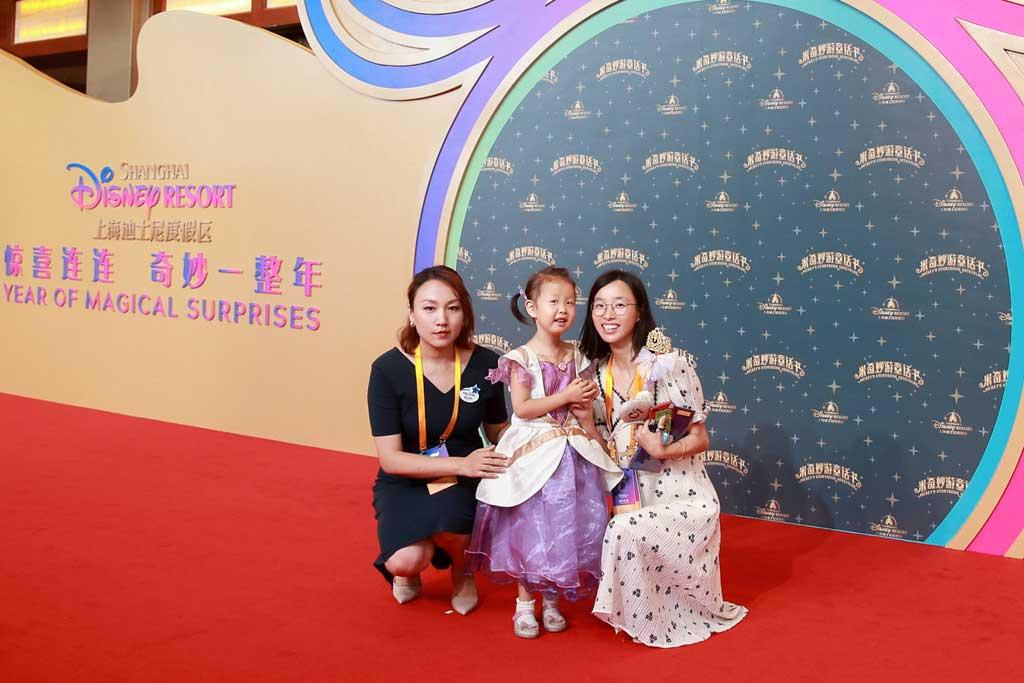 Madam Elynn Wang, CEO of Make-A-Wish Shanghai, and the representatives of Disney Wish Kid Xu Zixing and her family