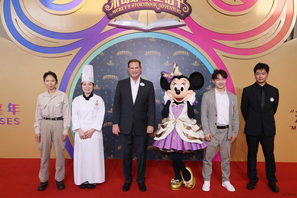 Minnie Mouse and President and General Manager of Shanghai Disney Resort, Joe Schott, along with representatives of Shanghai Disney Resort's Cast Members